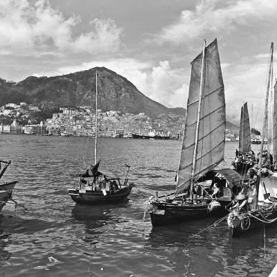 http://3.bp.blogspot.com/-7h1v2l8N3sQ/UtxHTO-w5rI/AAAAAAAAqKk/Zl_2y9AtrG0/s1600/Sampans+in+Victoria+Harbour,+Hong+Kong+Island,+1946-47.jpg