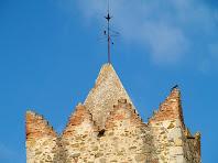 Detall dels merlets del campanar de Sant Julià d'Alfou