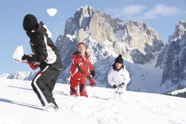 Eine unbeschwerte Schneeballschlacht in den Südtiroler Bergen...