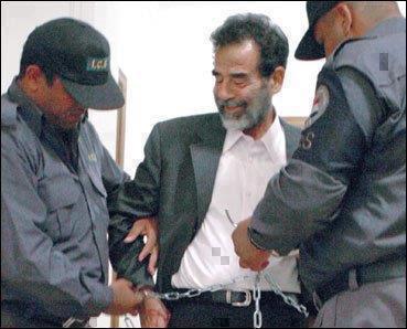 صدام حسين قبل إعدامه | سأله الضابط الاميركي عن أخر مطالبه فقال له
