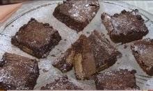 Brownie recheado de bolacha e banana