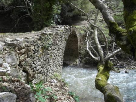 """Μνημείο πολιτιστικής κληρονομιάς. Πέτρινο γεφύρι """"Στο Μύλο του Λιάσκου"""". Άνω Βλασία Καλαβρύτων"""
