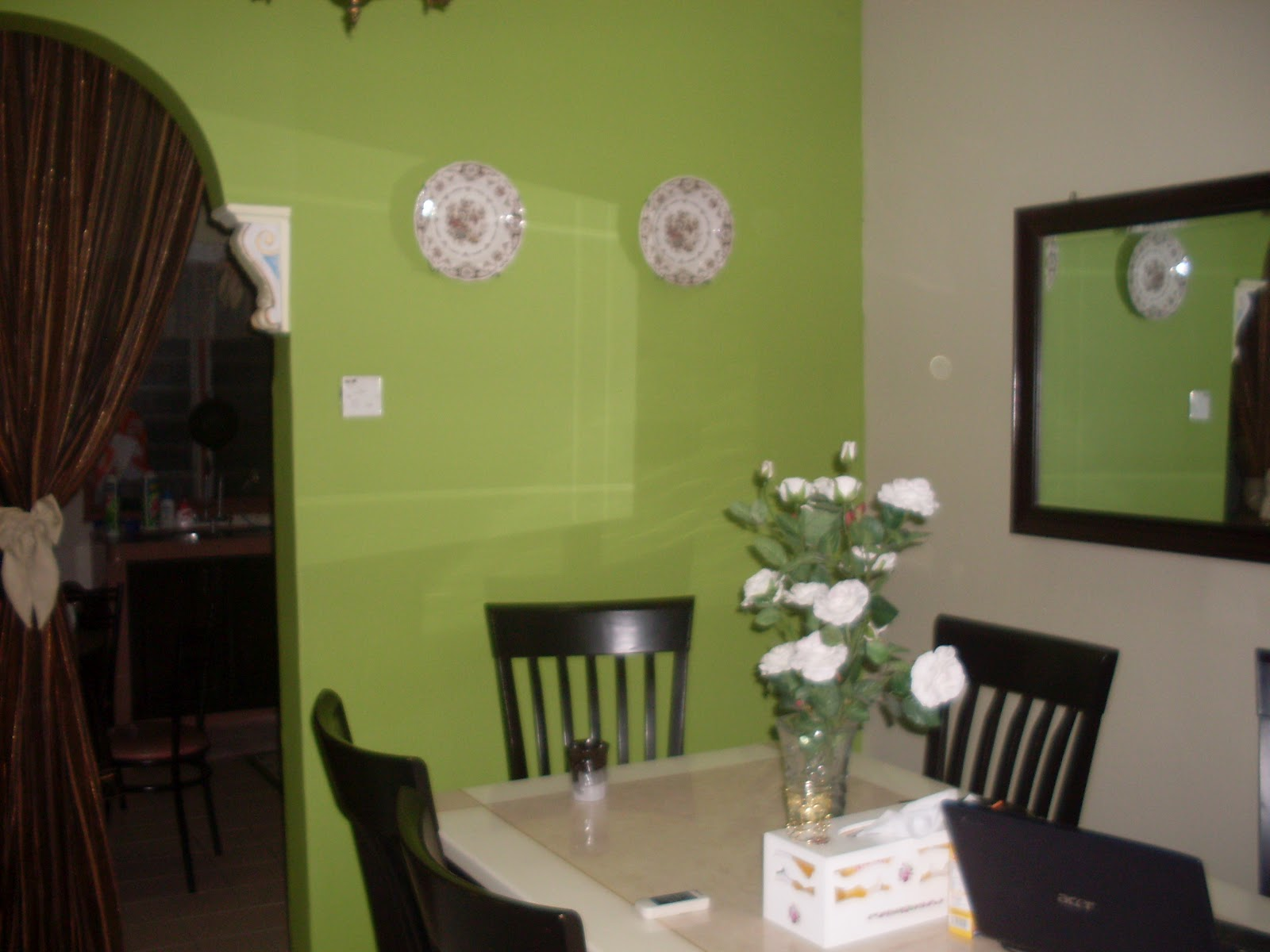 Ini ruangan makan yang dah di cat. Hiasan dinding pulak aku letakkan 2