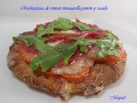 Rieskapizza de tomate, mozzarella, jamón y rúcula