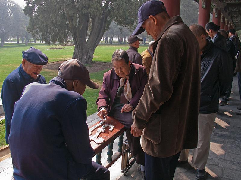 Pékinois dans le parc du temple du Ciel