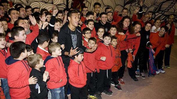 Neymar Jr da una charla a unos niños de instituto