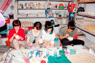 Mahasiswa Jepang di Kerajinan Keramik Dinoyo Malang