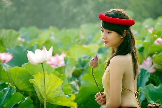 Girl xinh với áo yếm xưa bên hồ sen Phấn 1 27