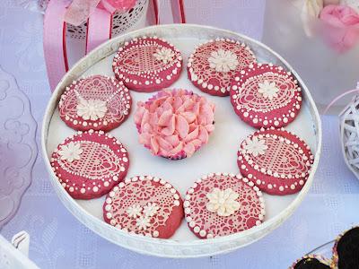 galletas de fresa decordas con encaje de azucar