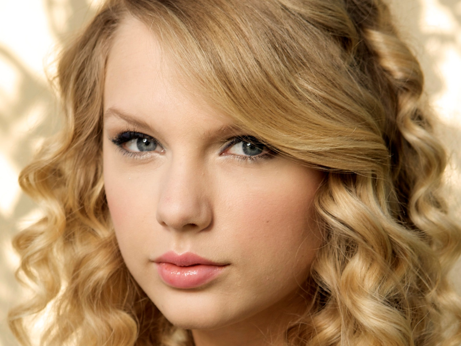 http://4.bp.blogspot.com/-z7f466inPj4/TmJnuxRNunI/AAAAAAAAFUY/8hwdviosIQs/s1600/The-best-top-desktop-taylor-swift-wallpapers-taylor-swift-wallpaper-taylor-swift-background-hd-9.jpg