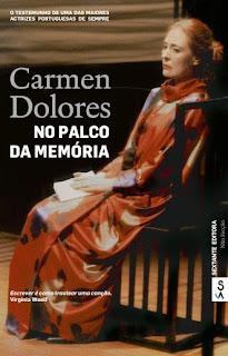 «Nunca pensei escrever um segundo livro de memórias, embora o primeiro tivesse como título Retrato inacabado. No entanto, o tempo foi passando e comecei a anotar numa espécie de diário o que me ia acontecendo, o que ia observando, o que me despertava mais interesse… e assim surgiu este No palco da memória, para que fique um registo daquela que ainda sou, uma referência aos trabalhos em que fui participando, e até um recordar do que se escreveu a meu respeito.» Eis uma voz única, a de Carmen Dolores, que nos entrega aqui, desta vez por escrito, um testemunho absolutamente precioso de uma longa vida em que o Teatro desempenhou um papel decisivo.