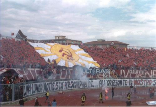 Ultras de Fútbol: Izquierda vs Derecha - Página 3 Livorno3