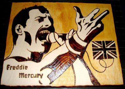 Freddie Mercury em madeira pirogravada