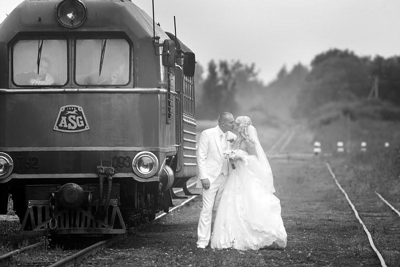 vintažinė retro stiliaus vestuvės prie traukinio