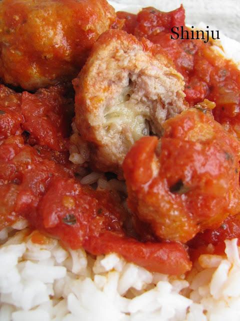 Klopsiki z serem w sosie pomidorowym