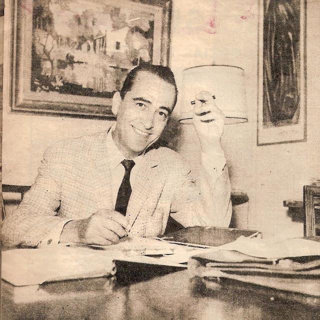 Hugo del Carril sonriendo en el escritorio