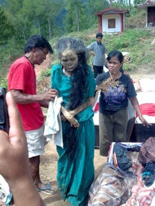 Mayat Bisa Berjalan Di Toraja