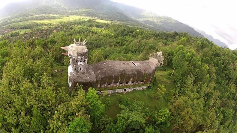 ¿Es una iglesia o es un pollo? La abandonada Iglesia Pollo de indonesia