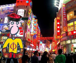 Pepe Vitruvi al principi del carrer de vianants Shangxiajiu, pensant si sopar una hamburguesa o un rotllet de primavera.