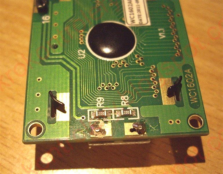Rezystory ograniczające prąd diod LED podświetlenia LCD.