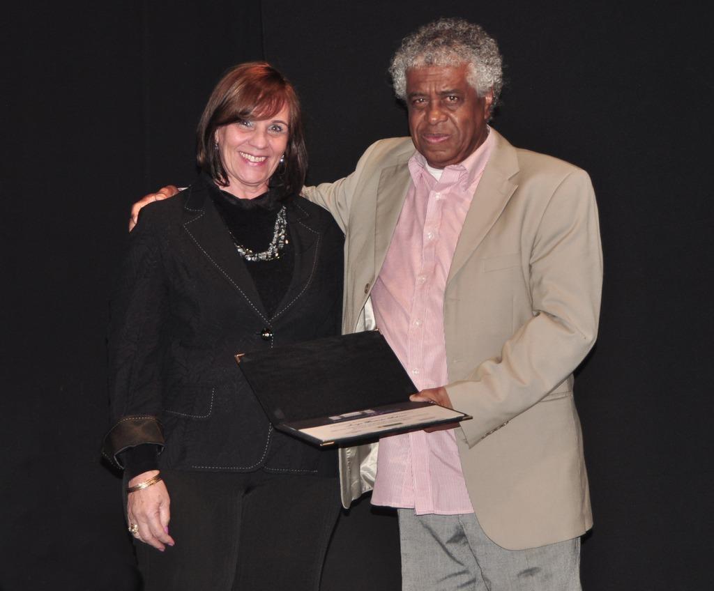 Diretora da Casa de Cultura, Regina Tavares fez a entrega do certificado ao arquiteto Jorge Sabino, responsável pelo projeto da casa