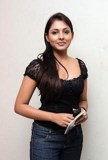 Indian cricket player mahendra singh dhoni wife sakshi rawat photo