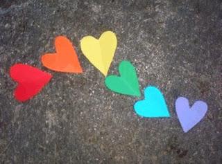 des coeur en papier disposer sur la route