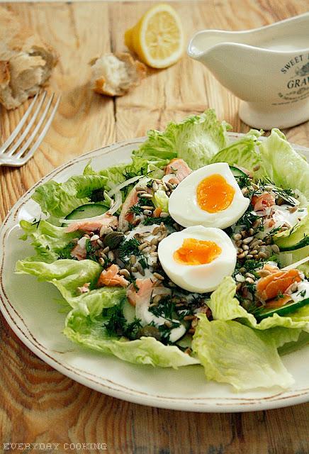 Sałatka z wędzonym łososiem, jajkiem i sosem chrzanowym