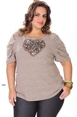 blusas de moda para gorditas beige con adorno en el pecho