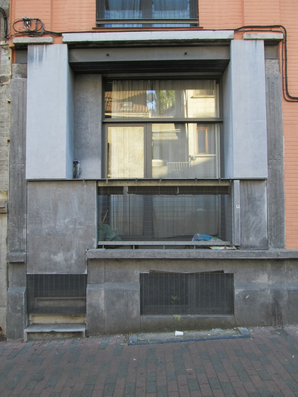 Brussels Plan B: HOW TO MAKE YOUR OWN BALCONY ON GROUND FLOOR