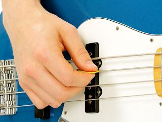 Belajar Bermain Bass Gitar Menggunakan Pick Bass
