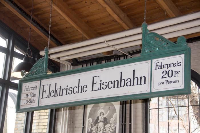 Elektrische Eisenbahn. Bahnhofsschild
