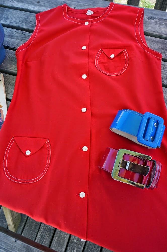 Des robes (dont une est partie à Armentières ;) ) , deux polos, des foulards , des cravates , un maillot de bain , un garde anglais , un vase Grandjean Jourdan , deux ceintures dont une avec les trous losanges ,des magazines et livre .vintage mod 50s 60s 70s vallauris 1960 1970 1950