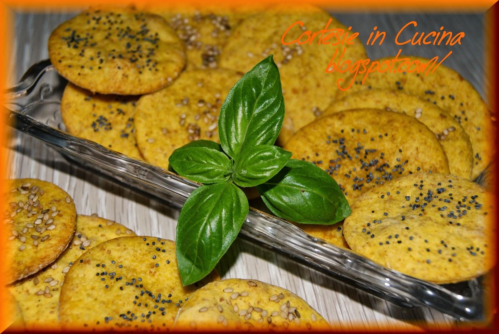 crackers allo zafferano con semi di papavero e sesamo