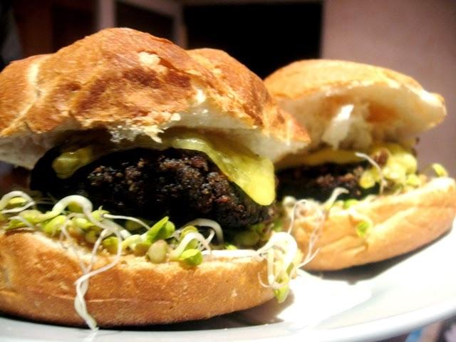 wegański burger; wegański cheeseburger; wegańskie kotlety; veganza; weganizm; blog wegański; kuchnia wegańska; wegański fast food; grzyby leśne; wegańskie kanapki; wegański ser; violife; cheeseburger