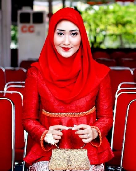 ... wanita Muslimah tercantik di dunia. Sehingga dengan menggunakan baju
