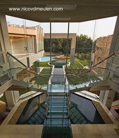 Escalera interior de la residencia estilo Contemporáneo