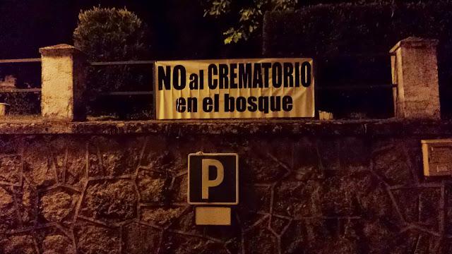 pancarta oposicion alcrematorioen el rebollar, proximo al bosque