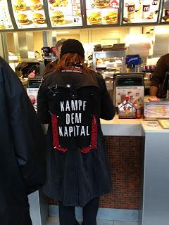 Kampf dem Kapital Mantel bei McDonalds Mc Donalds an der Kasse