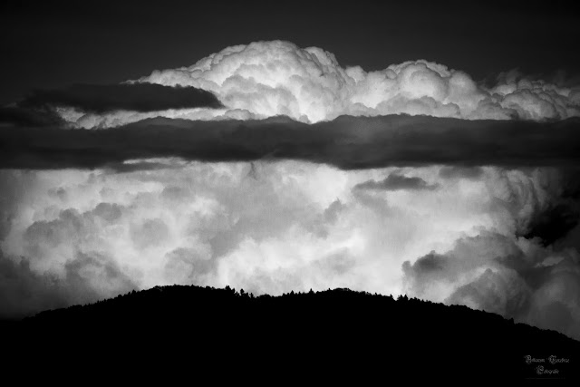 am Rande des Horizont - Arkanum Tenebrae Fotografie. Schwarz Weiß Aufnahme der Korber Höhe mit einer sich auftürmenden Wolke im Hintergrund.