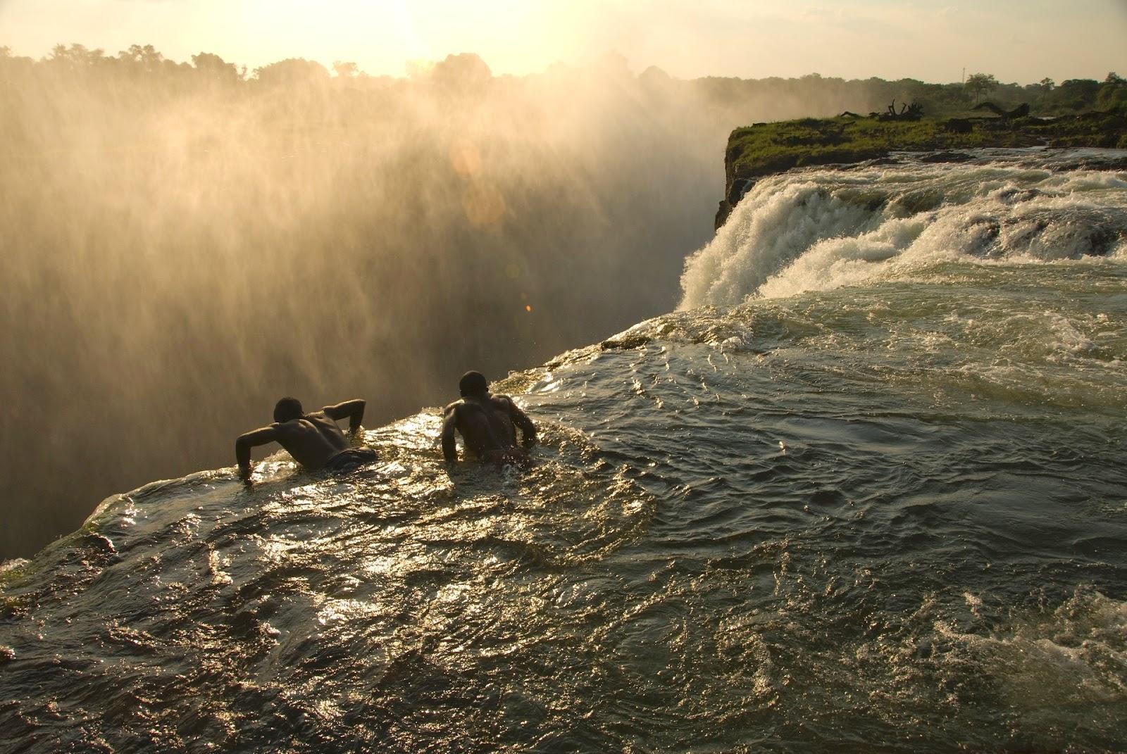 Homens arriscam a vida e se banham em piscina natural na beira do abismo na Zâmbia