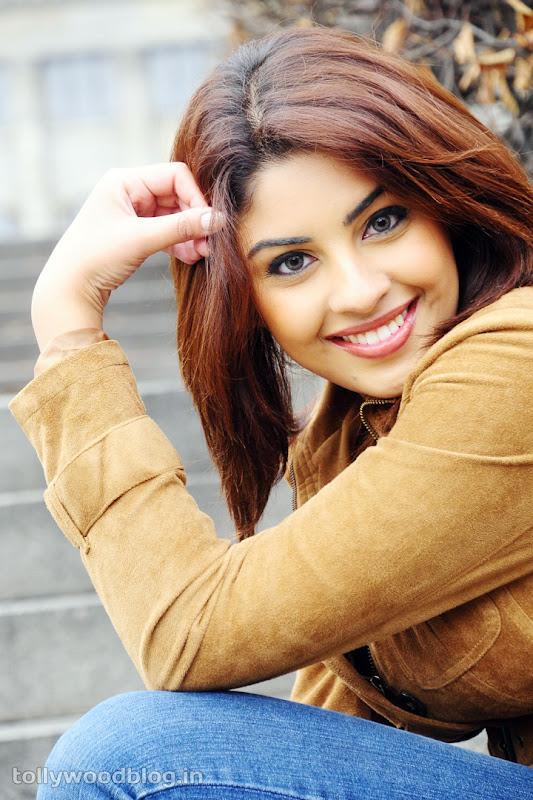 Richa Gangopadhyay Hot Photos in Jeans hot photos