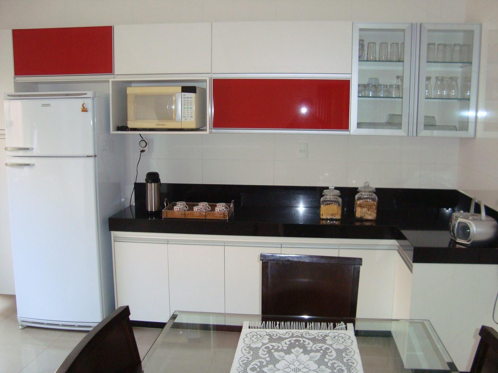 #86211F  Móveis Planejados: Cozinha em MDF Branco Detalhes em Vidro Vermelho 1600x1200 px Armario De Cozinha Compacto Vermelho #2013 imagens