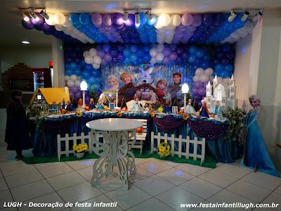 decoração tradicional com toalhas com o tema Frozen para mesa de aniversário infantil