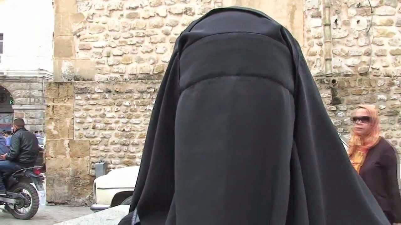 إمرأة مسلمة كشفت النقاب عن وجهها في سوبر ماركت و السبب .