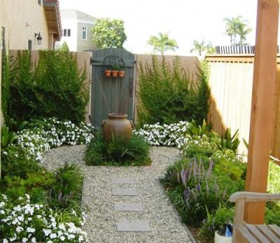8 modi per fare sembrare un piccolo giardino più grande ~ home ... - Come Impostare Un Piccolo Giardino