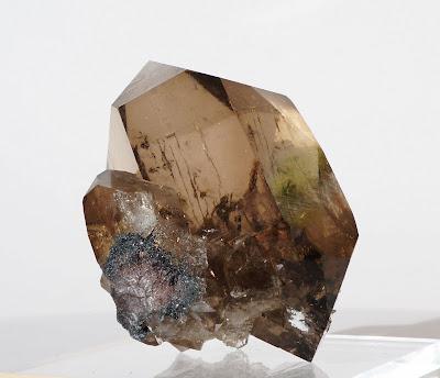 image d'un cristal de quartz biterminé montrant les deux pointes intactes ainsi que la couleur et la transparence du cristal.