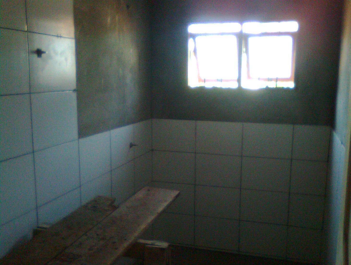 que não vai o detalhe das pastilhas o revestimento chegou ao teto #4A6781 1463x1106 Banheiro Com Azulejo No Teto