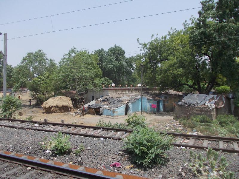 Asie - Maison au bord de la voie ferree ...