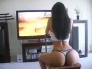 Gostosa tesuda jogando video game